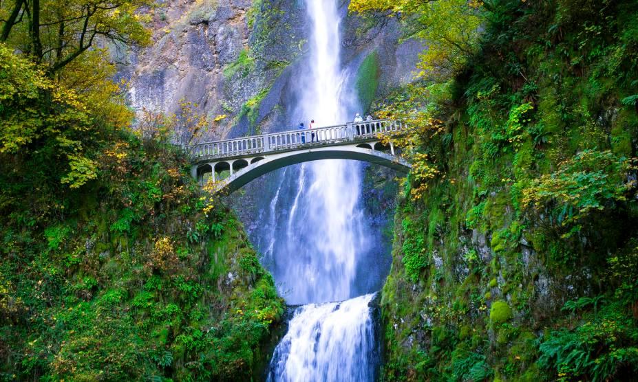 As belas cataratas de Multnomah Falls, nos arredores de Portland, USA