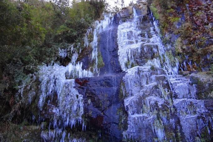 Cachoeira congelada em Urupemma, Santa Catarina
