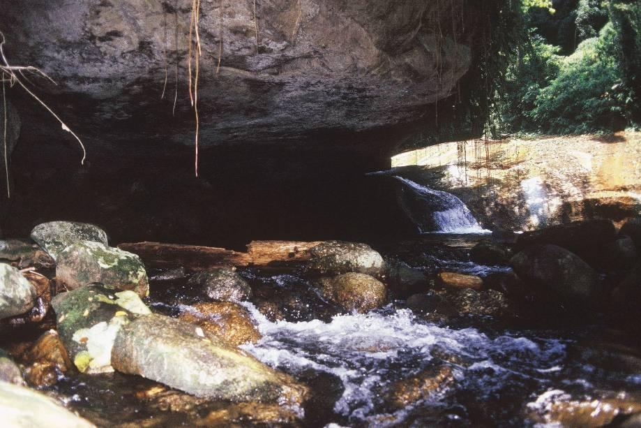 """Tarefa difícil é eleger a melhor cachoeira de <a href=""""http://viagemeturismo.abril.com.br/cidades/ilhabela/"""" target=""""_blank"""">Ilhabela</a>. A mais famosa é a <a href=""""http://viagemeturismo.abril.com.br/atracao/cachoeira-da-toca/"""" target=""""_blank"""">Cachoeira da Toca</a>, que diverte crianças e adultos com seu extenso tobogã natural. Há quem afirme que o óleo oferecido como repelente para os borrachudos é um potencializador ideal para que a descida pelo tobogã natural seja """"com emoção"""". O nome da cachoeira vem de uma gruta em formato de toca que fica à beira da piscina natural."""