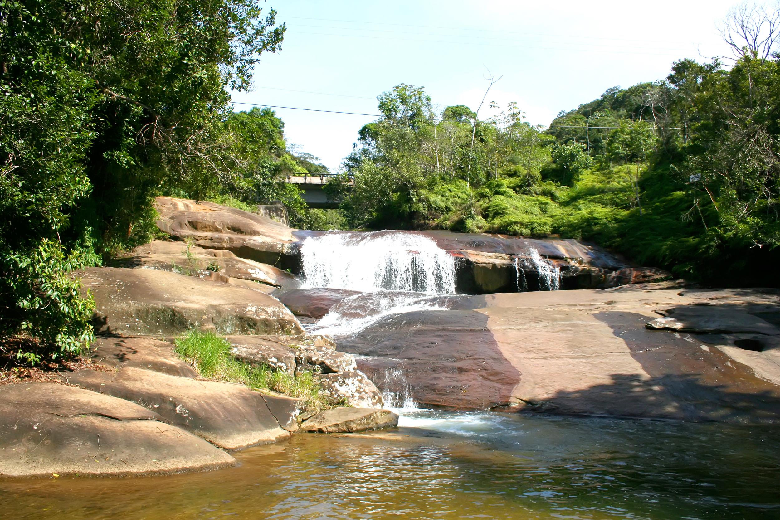 Sim , essa ponte em cima da cachoeira é a Rio-Santos (foto: Spectral Design/iStock)