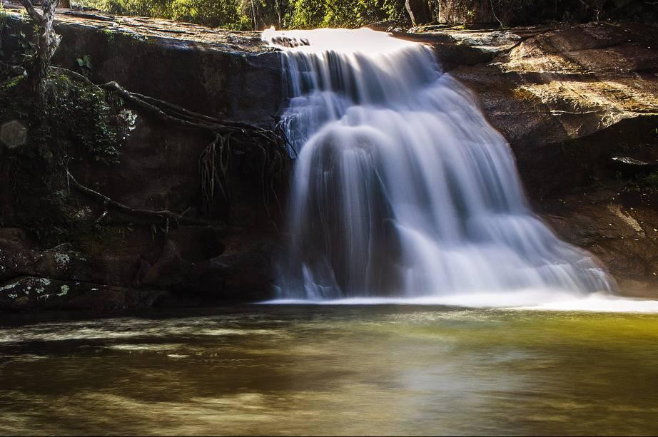 """Apesar das muitas praias selvagens e populares que se espalham pelo comprido litoral de <a href=""""http://viagemeturismo.abril.com.br/cidades/ubatuba/"""" target=""""_blank"""">Ubatuba</a>, é possível passar toda uma estadia por alicurtindo apenas as cachoeiras da cidade. A <a href=""""http://viagemeturismo.abril.com.br/atracao/cachoeira-do-prumirim/"""" target=""""_blank"""">Cachoeira do Prumirim</a> é uma das mais famosas. Sua popularidade se dá pelo acesso fácil e a piscina natural que se forma no pé de pequenas quedas sobre uma pedra lisa que é usada comouma espécie de tobogã natural. Dá para combinar a passagem por lá com a <a href=""""http://viagemeturismo.abril.com.br/atracao/praia-do-prumirim/"""" target=""""_blank"""">Praia do Prumirim</a>, superpróxima."""