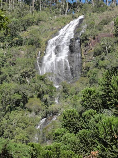 """Mata virgem, pouca movimentação e o som dos passarinhos acompanham a vista da extensa Cachoeira do Toldi. O acesso ao topo requer tempo e algum preparo físico. Mas quem está no trecho entre <a href=""""http://viagemeturismo.abril.com.br/cidades/campos-do-jordao-2/"""" target=""""_blank"""">Campos do Jordão</a> e <a href=""""http://viagemeturismo.abril.com.br/cidades/sao-bento-do-sapucai/"""" target=""""_blank"""">São Bento do Sapucaí</a> ou está a caminho da <a href=""""http://viagemeturismo.abril.com.br/atracao/pedra-do-bau/"""" target=""""_blank"""">Pedra do Baú</a> pode fazer uma parada para conferi-la do mirante"""