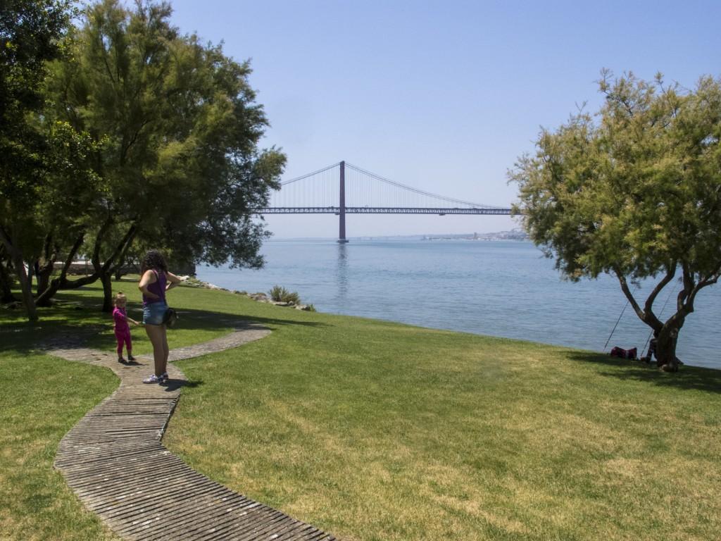 Um gramado convidativo para contemplar a Ponte 25 de Abril