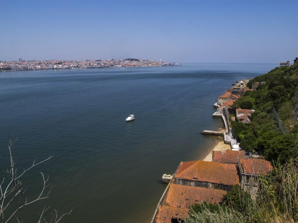 O Tejo e Lisboa ao fundo visto do alto de Cacilhas