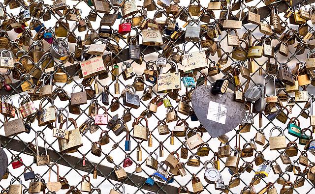 Cadeados de namorados numa ponte em Paris. Mesmo que você encontre o amor da sua vida, NUNCA faça isso com o seu cadeado (Foto: Creative Commons / Flickr / booleansplit)