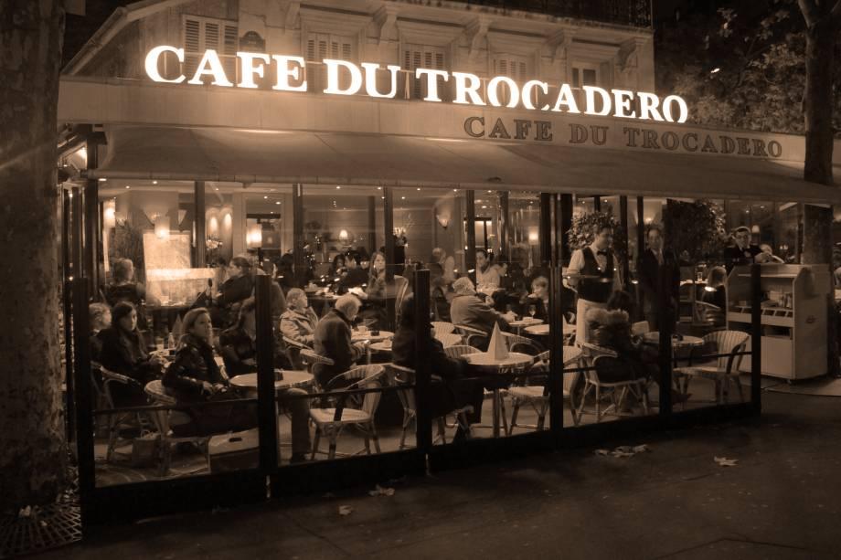 Pode parecer uma dica vaga, mas escolher um café charmoso para espiar a rotina dos parisienses é um programa essencial para sentir o clima de Paris. Os cafés em Paris são muito mais do que apenas cafeterias, é lá que você pode tomar o cafezinho de todos os dias, apreciar um bom vinho francês, e até jantar.  Não faltam boas opções na região da Torre.  Café du Trocadéro e Carette são indicações famosas que têm vista para a torre garantida.