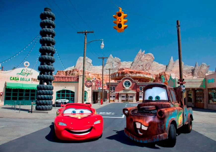 Relâmpago McQueen e Mater na reprodução de Radiator Springs, no Cars Land do California Adventure Park