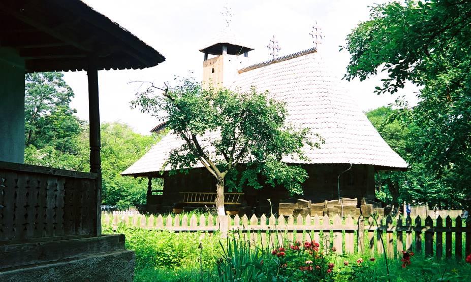 Um dos mais agradáveis passeios de Bucareste é caminhar pelo Village Museum, um museu ao ar livre fundado em 1936, que apresenta 50 construções típicas e históricas da região rural da Romênia - elas foram retiradas de seus lugares originais e reconstruídas na área, em torno do lago Herastrau. Durante o ano, o museu oferece apresentações de grupos folclóricos, que mostram um pouco da cultura interiorana do país