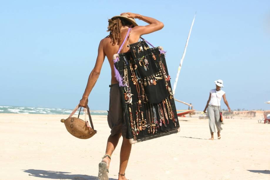 Refúgio hippie durante muito tempo, na praia de Canoa Quebrada ainda perambulam hippies vendendo artesanato
