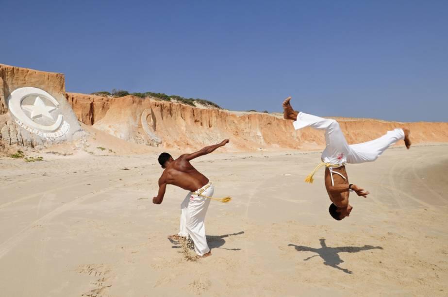 Capoeiristas na praia de Canoa Quebrada (CE)