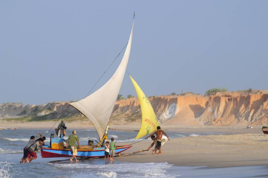 Falésias que mudam de tom e enfeitam a orla dominam o visual da praia de Canoa Quebrada (CE). Atrás delas, as dunas criam um belo contraste