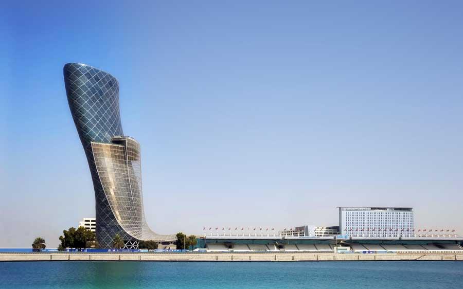 A torre de 160 metros do Capital Gate, projetado pelo escritório RJMJ Architects, é considerada a mais inclinada do planeta