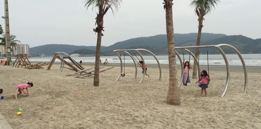 Em Santos, a praia tem parquinho! (foto: Família Nômade)
