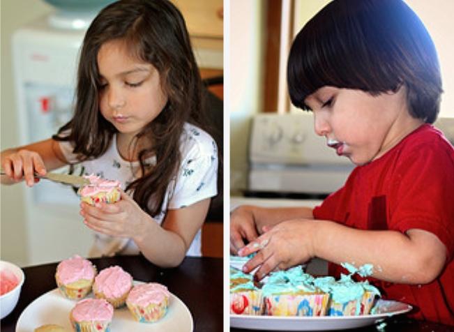 Confeitando bolos e cupcakes. Até os bem pequenos podem participar! (Foto: Alec Couros/Flickr/Creative Commons)