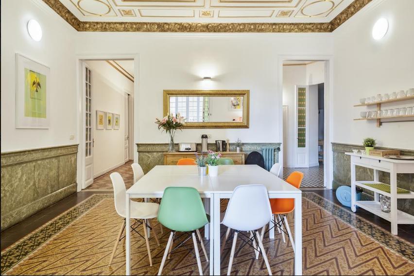 A sala de café da manhã do Plaça Catalunya Guesthouse, linda de morrer