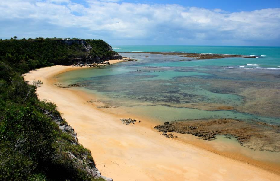 A Praia do Espelho é uma das regiões mais bonitas do Litoral Sul da Bahia. Nos dias ensolarados a tonalidade do mar varia de verde estonteante até azul piscina cristalino – tão claro que deu nome à praia. Some a areia branquinha e o verde dos coqueiros e você tem uma das poucas praiais cinco-estrelas do GUIA BRASIL