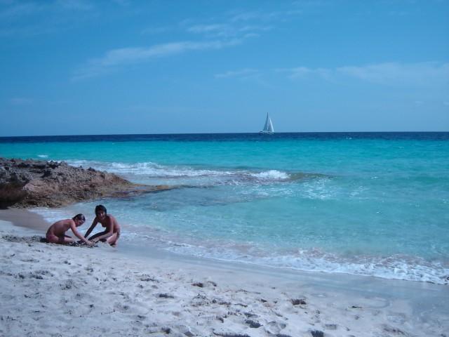 O azul balear na praia de Es Cargols, em Maiorca