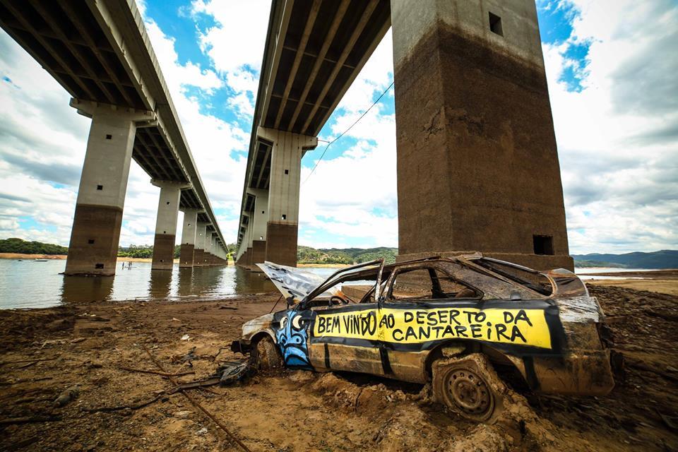 Carro desovado no maior reservatório da capital / FOTO AndrÉ D'Elia