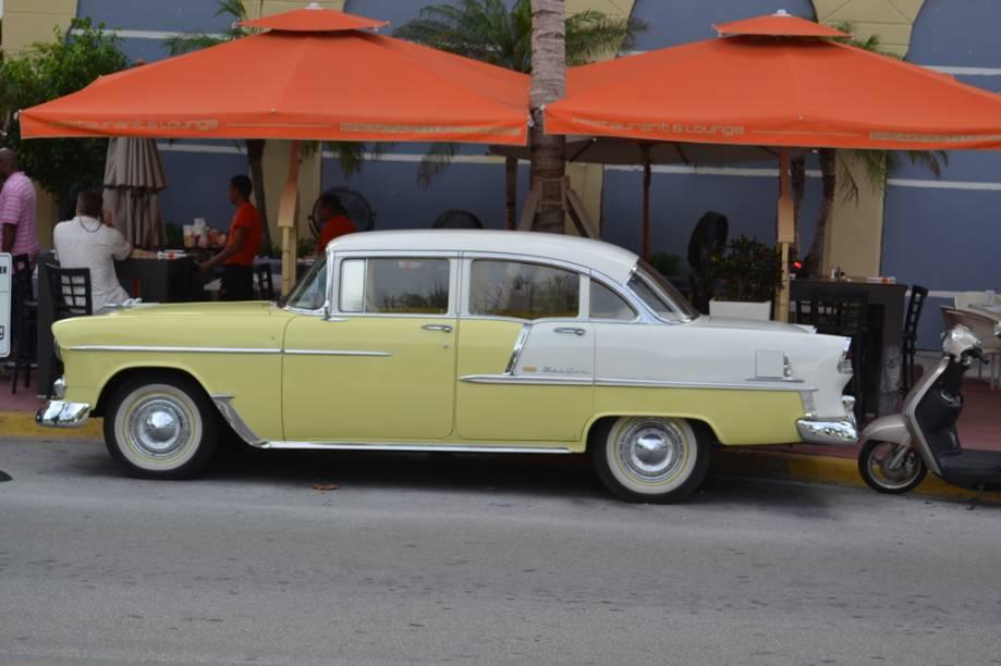 Os carros antigos disputam a atenção com os carros de luxo que também circulam por Miami