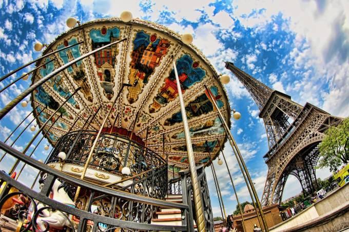 Carrossel vintage e Torre Eiffel em Paris, França