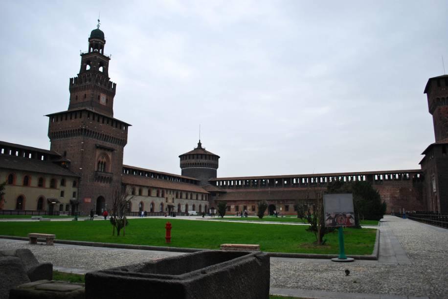 O Castelo Sforzesco, construído por Francesco Sforza, hoje abriga museus e é uma bela aula de arquitetura renascentista