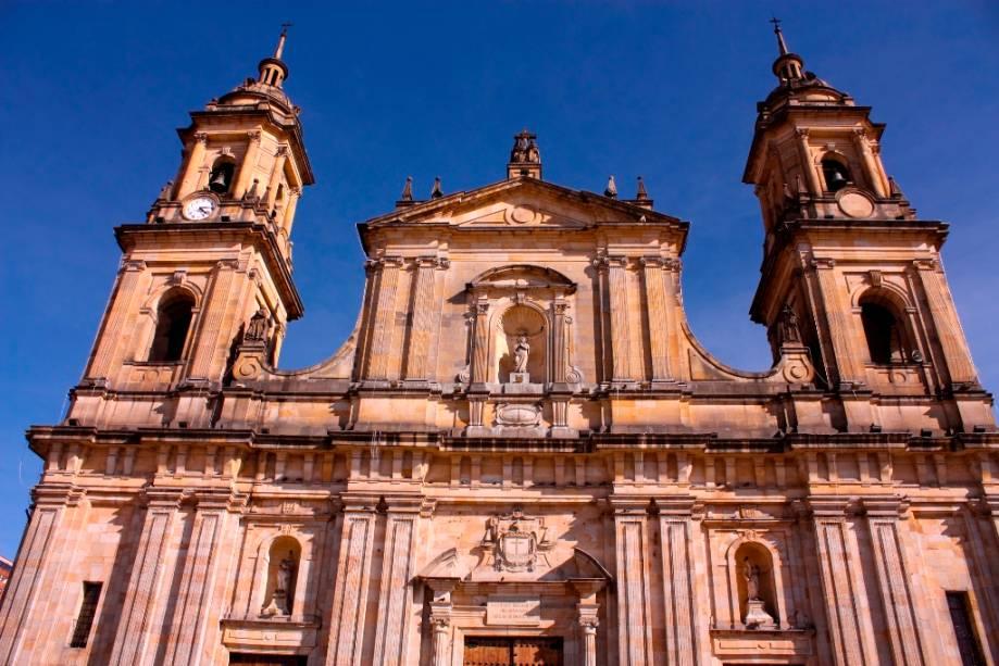 A Catedral de Bogotá fica localizada na região de La Candelaria. O lugar é um dos passeios ideais para turistas que não dispensam roteiros urbanos, porém com um viés histórico