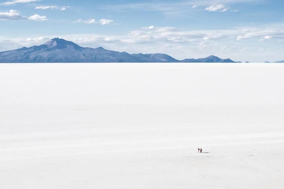 A imensidão do Salar do Uyuni, na Bolívia, é apenas uma das primeiras constatações do passeio; um tour de dois ou três dias ainda percorre lagunas com flamingos, vulcões e lugares com formações rochosas impressionantes e plantas exóticas