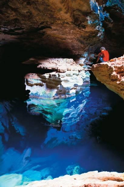Poço Azul na caverna do Parque Nacional da Chapada Diamantina. Quando batem na água, os raios de sol revelam várias tonalidades de azul e belas formações rochosas