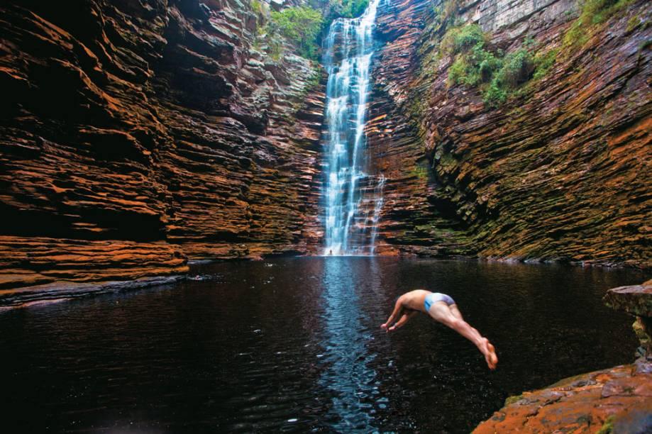 Cachoeira do Buracão, em Ibicoara, onde é preciso caminhar por passagens estreitas e nadar para chegar pertinho da queda dágua