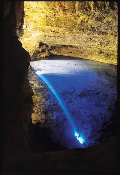 Água transparente do Poço Encantado ganha tons de azul quando o sol incide por uma fenda