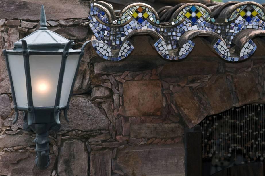 Detalhe da decoração da Alcino Estalagem e Atelier. Dono da pousada faz peças de cerâmica e pinta louças, vitrôs e azulejos