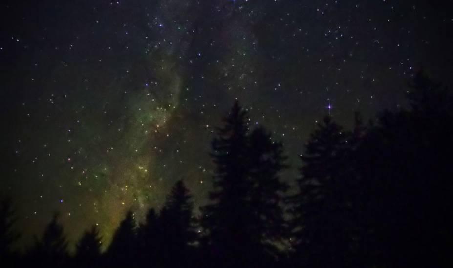 """<strong>4. Cherry Springs State Park, Pensilvânia, <a href=""""http://viajeaqui.abril.com.br/paises/estados-unidos"""" rel=""""Estados Unidos"""" target=""""_blank"""">Estados Unidos</a></strong>    A área de 82 acres de cerejeiras negras (cercada por uma floresta de 262 mil acres) ganhou o reconhecimento Dark Sky Internacional em 2000, e dedicou um amplo espaço para astrônomos na forma de uma área de um campo de observação de estrelas no topo de uma montanha de 2.300 metros. Agosto é um ótimo período para visitar o local, quando 60 a 100 meteoros (formados por detritos espaciais do cometa Swift-Tuttle) disparam pelo céu. Se você fizer uma visita em uma noite com condições climáticas ideais, um dos braços da Via Láctea brilha tanto que forma uma sombra facilmente distinguível"""