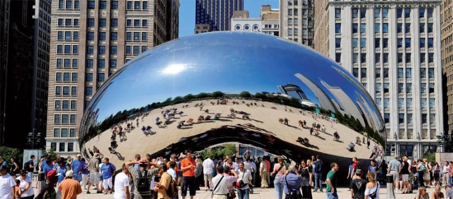Paisagem distorcida. A piração em metal <em>Cloud Gate</em>, escultura do indiano Anish Kapoor, postal de Chicago