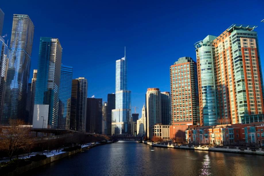 Cenário do Rio Chicago, que atravessa o centro da cidade e desagua no Lago Michigan