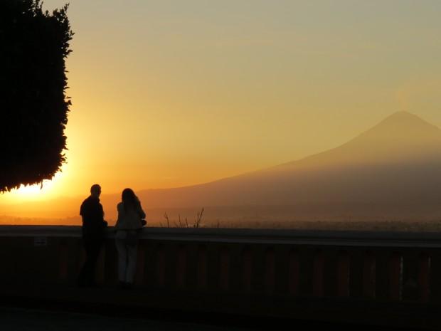 Pôr do sol em Cholula (arredores de Puebla), aos pés do vulcão Popocatépetl: nem sinal de brasileiros