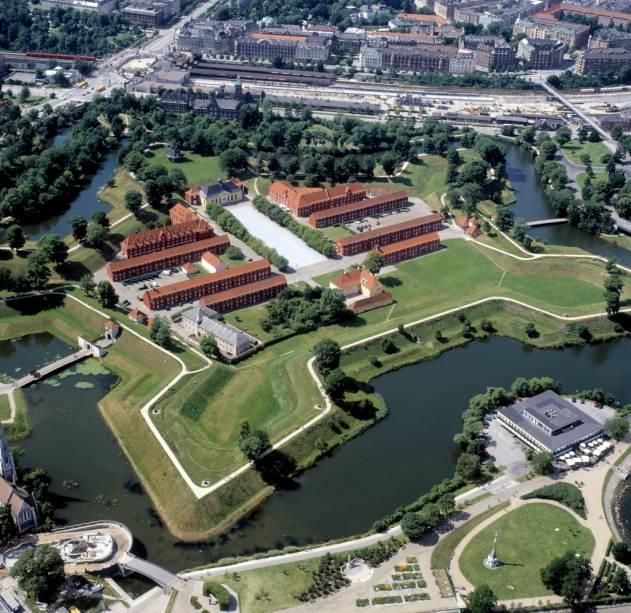 O Kastellet, a cidadela fortificada de Copenhague, ainda hoje possui funções militares, mas boa parte de sua área é hoje um parque público