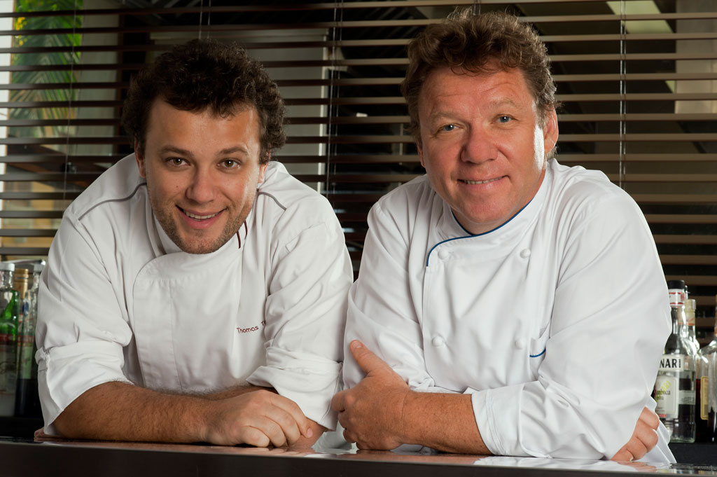 Chef francês Claude Troisgros (à direita)) e seu filho Thomas, no restaurante Olympe, no Rio de Janeiro