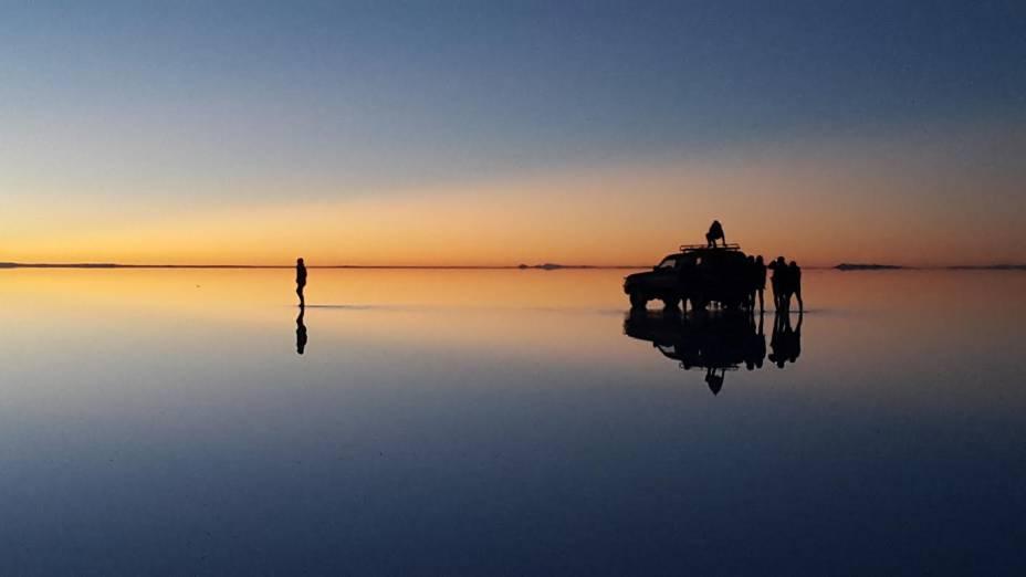 Para aproveitar o dia, é preciso acordar com o nascer do sol para percorrer as imensas dimensões do Salar de Uyuni, Bolívia