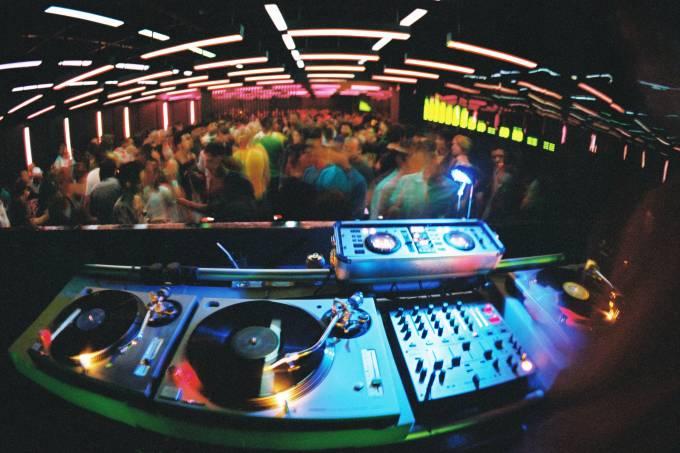 Clube visto da cabine do DJ.