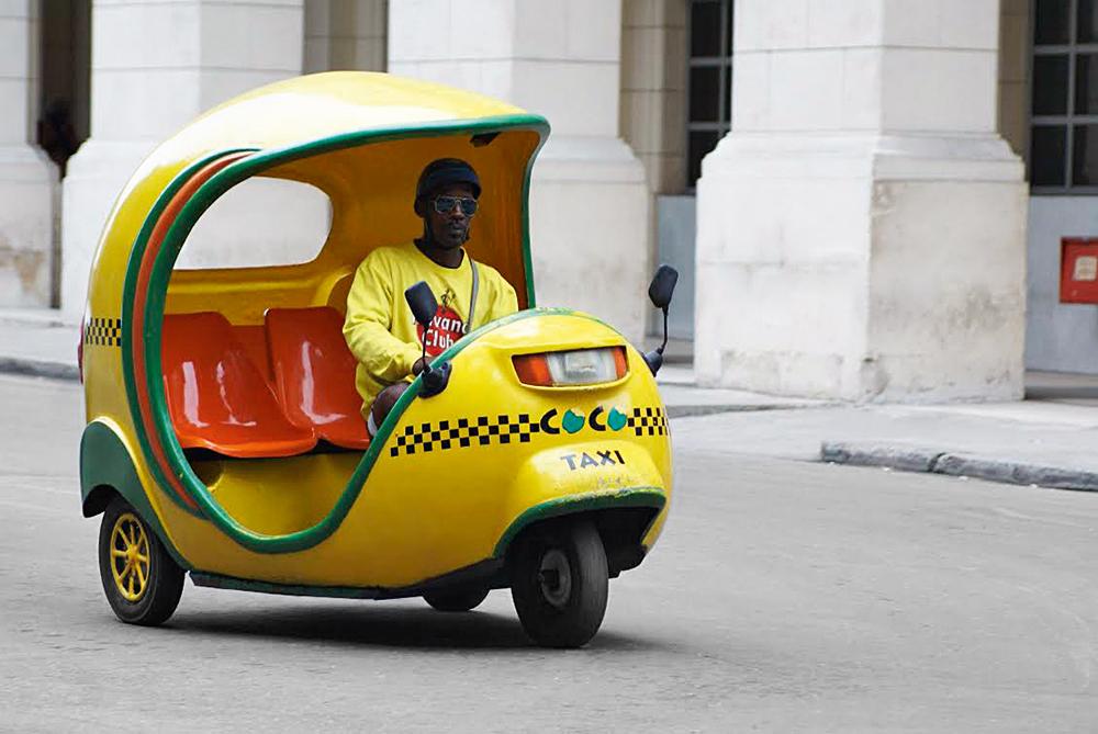 Coco-taxi-em-Havana,-Cuba