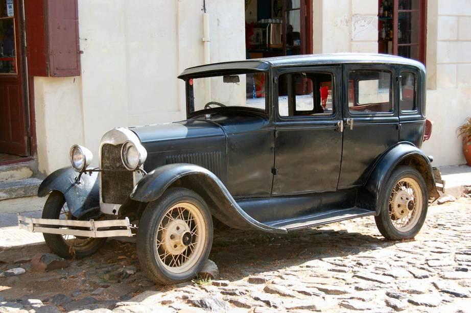 Estacionados pelas ruas de pedra, os carros antigos de Colonia del Sacramento incrementam o cenário charmoso da cidadezinha