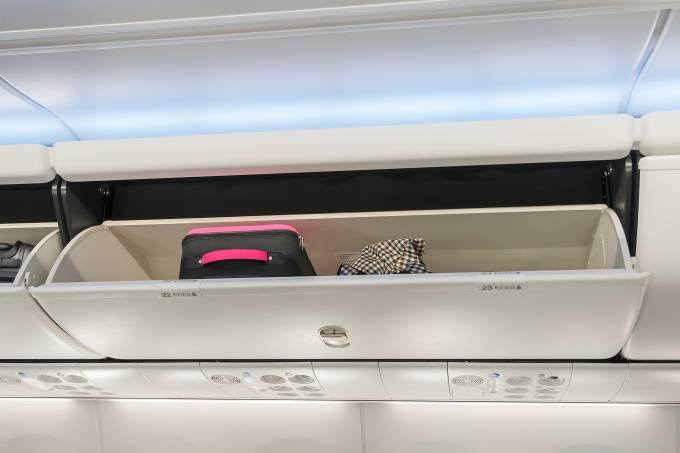 compartimento-de-bagagem-de-mao-voo-aviao-viagem