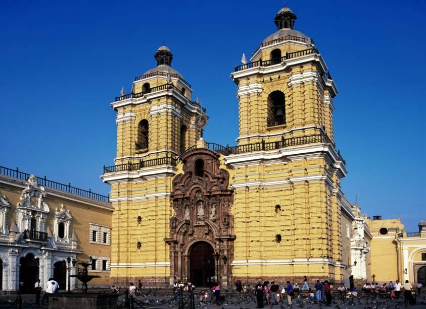 A Igreja e Monastério de San Francisco, em Lima, é famosa por suas catacumbas subterrâneas. Sua arquitetura resistiu aos terremotos do país