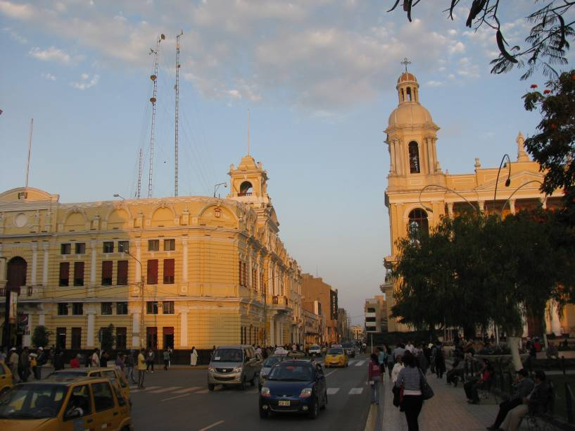"""Praça central de <a href=""""http://viajeaqui.abril.com.br/cidades/peru-chiclayo"""" rel=""""Chiclayo"""" target=""""_blank"""">Chiclayo</a>, norte do <a href=""""http://viajeaqui.abril.com.br/paises/peru"""" rel=""""Peru"""" target=""""_blank"""">Peru</a>, com Palácio Municipal e Catedral; a cidade é rodeada por sítios arqueológicos importantíssimos para entender a história das civilizações pré-colombianas da região"""
