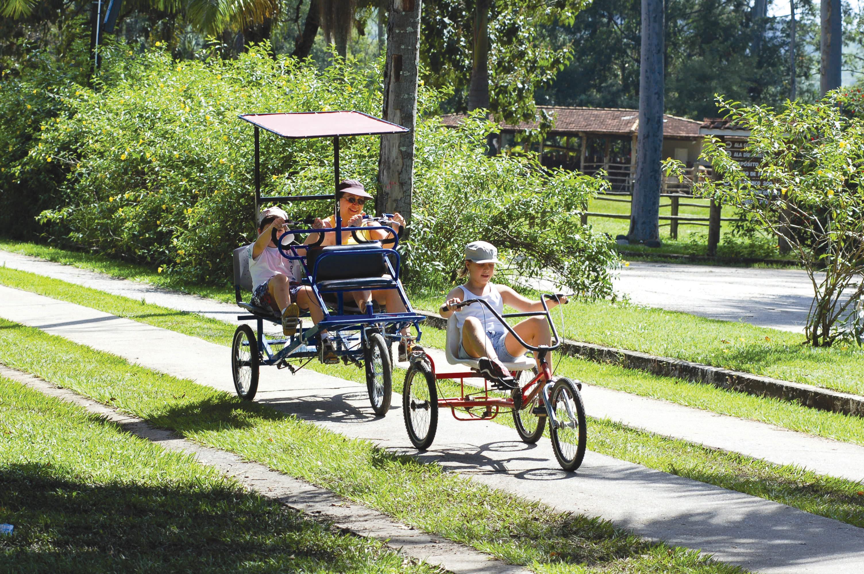 Crianças andando de triciclo no Hotel Fazenda Mazzaropi