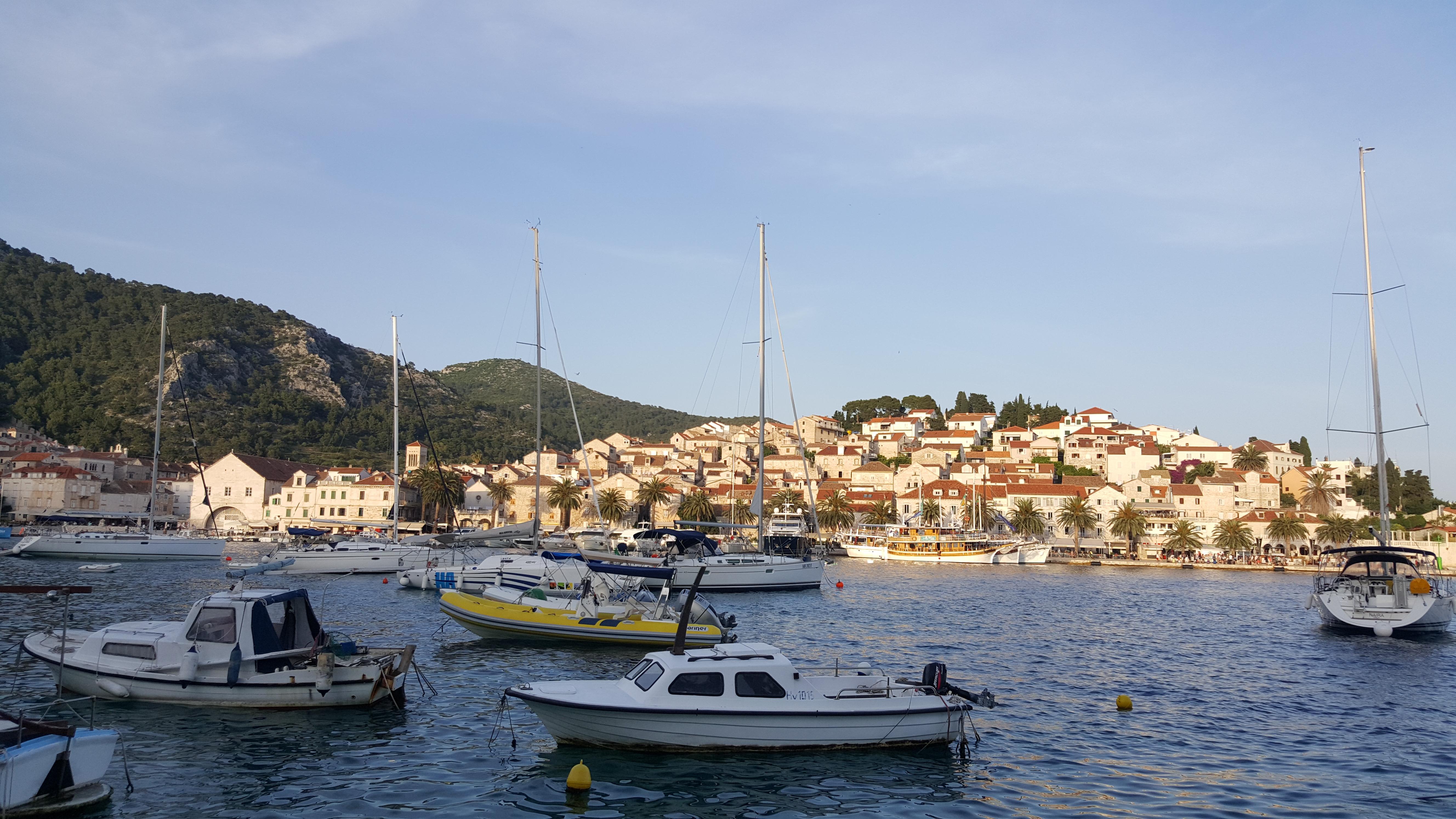 O lindíssimo vilarejo de Hvar, na ilha homônima