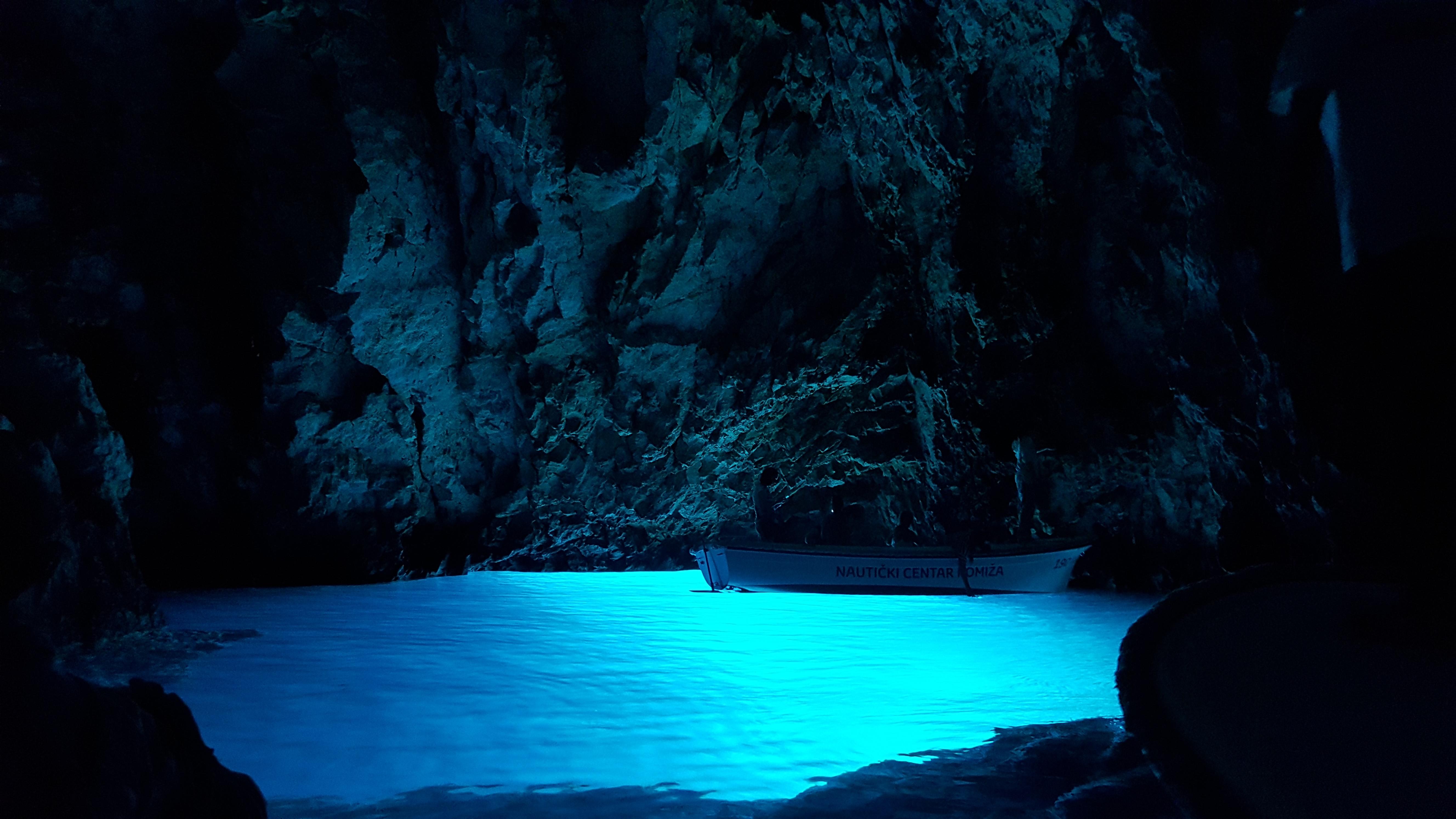 A Gruta Azul na ilha de Bizeko, ao lado de Vis (pra fazer um passeio de algumas horas): não parece desse mundo
