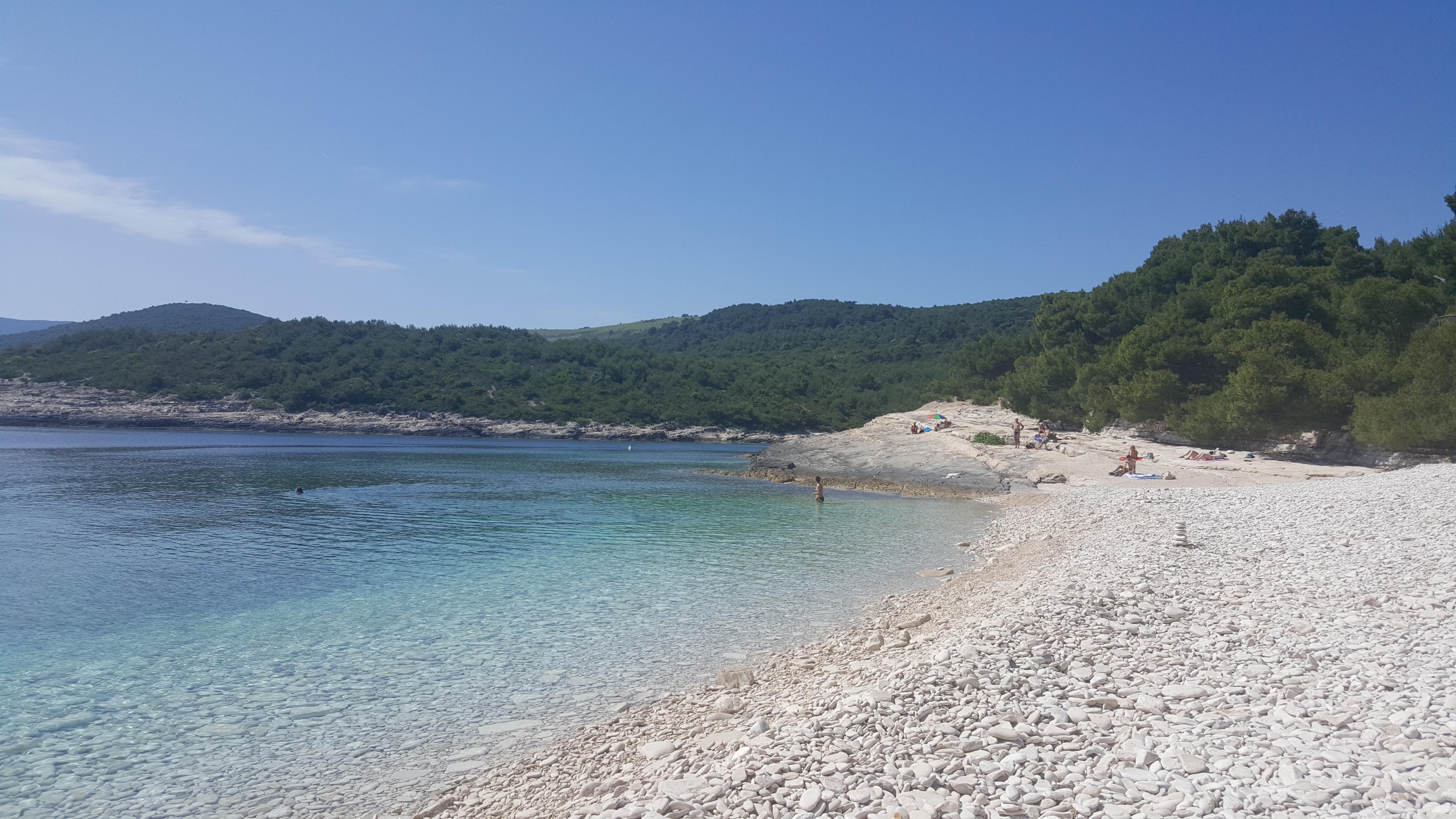 Uma das praias de Vis. Na Croácia é assim: pedrinhas e um bar absurdamente cristalino.