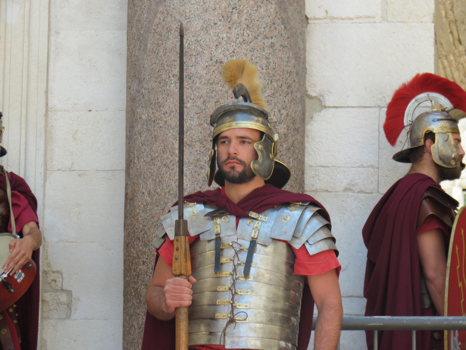 Assistir à encenação cafona que acontece a cada meio-dia no Palácio de Diocleciano em Spli tem lá as suas vantagens