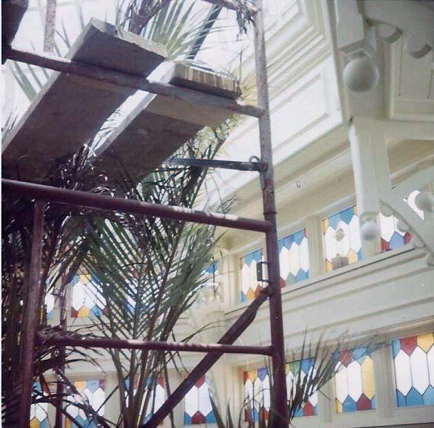 O restaurante Crystal Palace, um dos mais icônicos do Magic Kingdom, ainda com andaimes no lugar de mesas elegantes